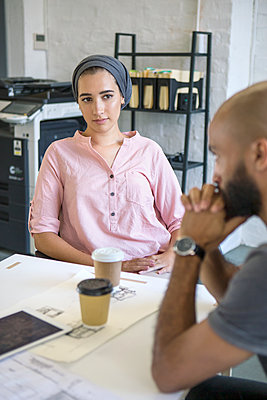 Junge Leute im Gespräch, Startup - p1156m1572736 von miep
