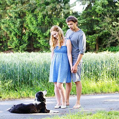 Paar mit Hund - p606m933928 von Iris Friedrich
