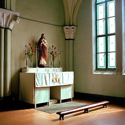 Altar in einer Katholischen Kirche in China - p949m658178 von Frauke Schumann