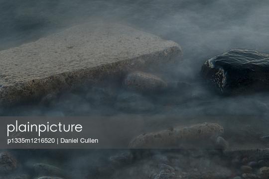 Dunkles Wasser - p1335m1216520 von Daniel Cullen
