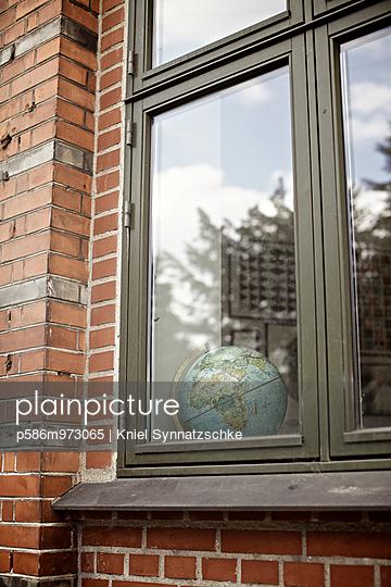 Globus hinter einem Fenster - p586m973065 von Kniel Synnatzschke