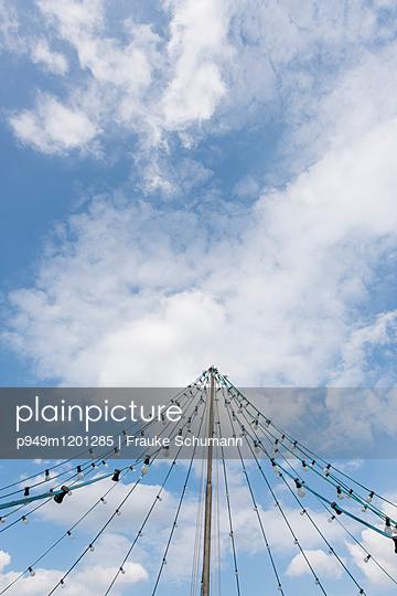 Lichterkette und Himmel - p949m1201285 von Frauke Schumann