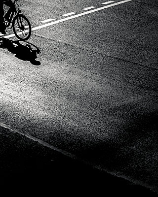 Bicyclist - p1118m1539796 by Tarik Yaici