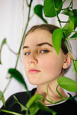 Girl behind a hanging plant, portrait - p1621m2231144 by Anke Doerschlen