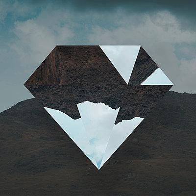 Geometrischer Körper vor einer Bergkette, Collage - p1681m2283639 von Juan Alfonso Solis