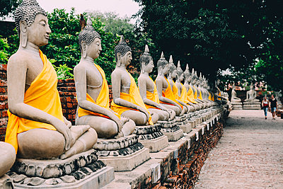 Thailand, Bangkok, Ayutthaya, Buddha statues in a row in Wat Yai Chai Mongkhon - p300m1587260 von Gemma Ferrando