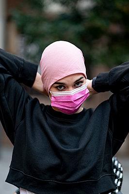 Madrid Spain, woman in the fight against cancer - p300m2256318 von Oscar Carrascosa Martinez