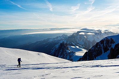 Europe, France, Haute Savoie, Rhone Alps, Chamonix, ski tourer on mont Blanc and Mont Blanc du Tacul  behind - p652m1058687 by Christian Kober