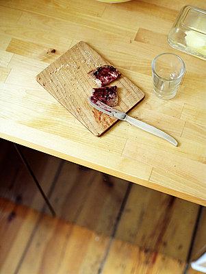 Frühstücksbrettchen mit Brot - p8280393 von souslesarbres