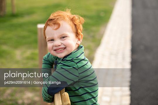 Portrait of boy in park - p429m2091614 by Gonçalo Barriga