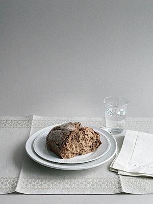 Krustenbrot und Wasserglas - p1052m794368 von Wolfgang Ludwig