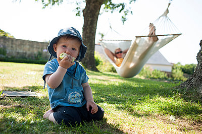 Boy eating an apple - p236m947623 by tranquillium