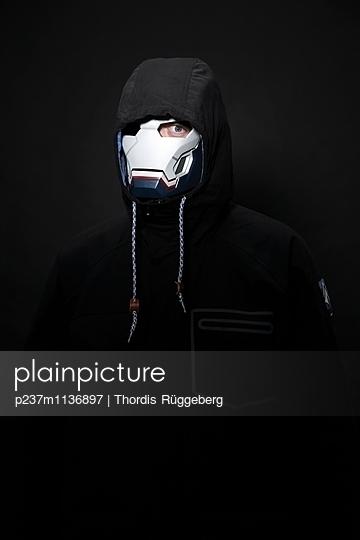 Maskiert - p237m1136897 von Thordis Rüggeberg