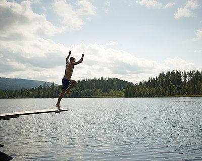 Sprung in den See - p1124m933488 von Willing-Holtz