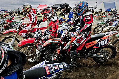 Motocross riders at the start - p416m1057026 by Andy Fox