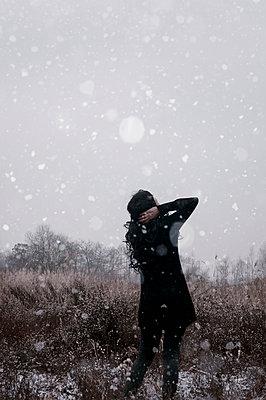 Frau in frostiger Wiese - p470m2064961 von Ingrid Michel