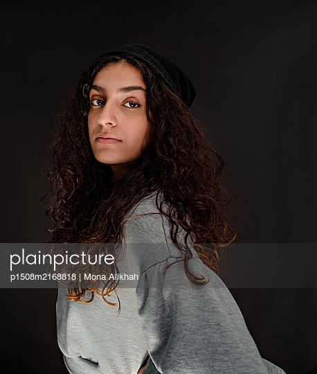 Young woman with long brown hair - p1508m2168818 by Mona Alikhah
