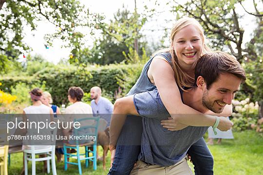 Mann trägt Freundin Huckepack - p788m1165319 von Lisa Krechting