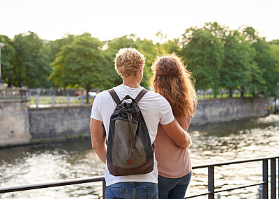Junges Paar am Flussufer - p1124m1463318 von Willing-Holtz