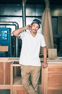 Portrait of confident carpenter standing in workshop - p426m1062605f by Maskot