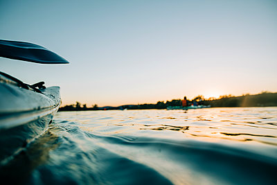 Paddling in the evening sun - p713m2285973 by Florian Kresse
