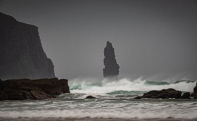 Am Buachaille sea stack at dawn, Sandwood Bay, Sutherland, Scotland, United Kingdom - p871m2111551 by Bill Ward