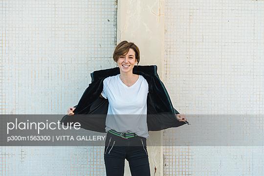 plainpicture - plainpicture p300m1563300 - Portrait of relaxed woman t... - plainpicture/Westend61/VITTA GALLERY