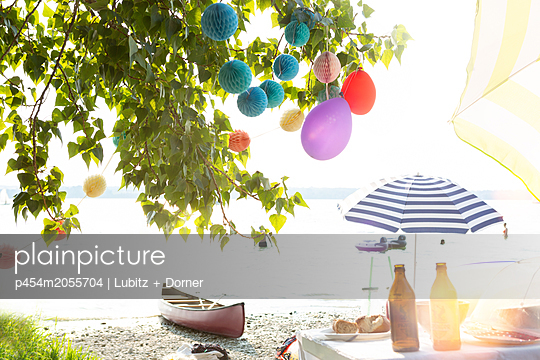 Party at the lake - p454m2055704 by Lubitz + Dorner