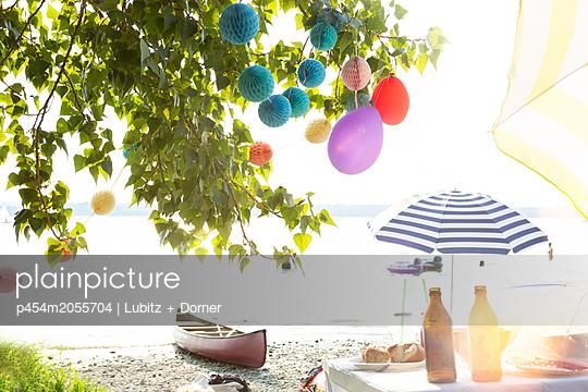 Party am See - p454m2055704 von Lubitz + Dorner