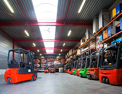 Forklift machinery in a row in warehouse,Lisse, Netherelands, Netherelands - p1100m2084256 by Mint Images