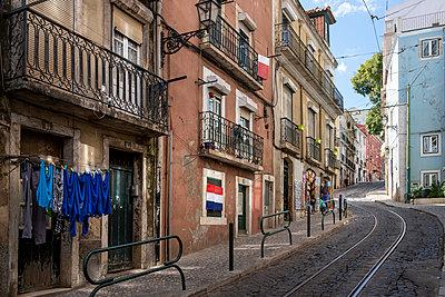 Portugal, Lisbon, Row of houses - p335m2177644 by Andreas Körner