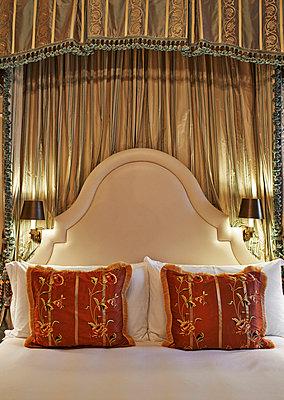 Bedroom - p390m891964 by Frank Herfort