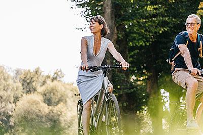 Couple taking a bike ride - p586m1172015 by Kniel Synnatzschke