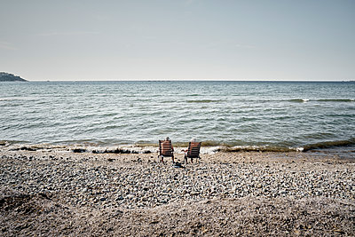 Couple sitting on the beach - p850m2081998 by FRABO