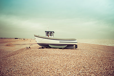 Fishing boats on the shingle beach waiting to go back out to the water, Dungeness, Kent, England, United Kingdom - p871m2113728 by Paul Porter