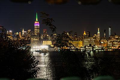 Empire State Building bei Nacht - p954m1171308 von Heidi Mayer