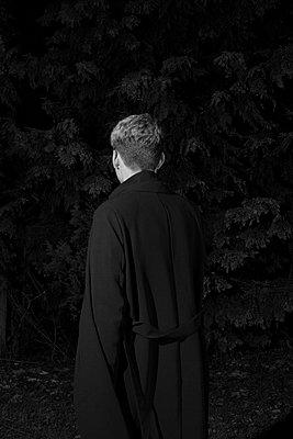 Junger Mann nachts im Park - p1325m1223152 von Antje Solveig