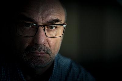 Portrait of serious senior man wearing glasses - p300m1115255f by Frank Röder