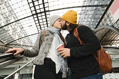 Young couple kissing on an escalator at the station, Berlin, Germany - p300m2155160 by Hernandez and Sorokina