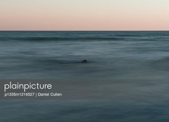 Dunkles Wasser - p1335m1216527 von Daniel Cullen