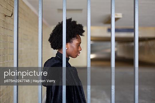 Deutschland, Berlin, Junge dunkelhäutige Frau in der S-Bahnstation, Portrait - p975m2247748 von Hayden Verry