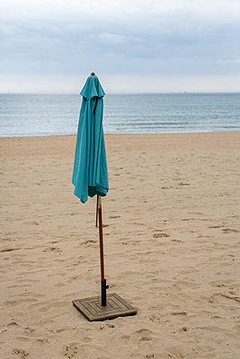 Schirm am Strand - p1057m1146759 von Stephen Shepherd