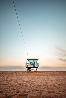 USA, California, Santa Monica, lifeguard hut on the beach at twilight - p300m2069382 by Daniel Waschnig Photography