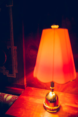 Nostalgische Lampe in einem Restaurant - p432m2052829 von mia takahara