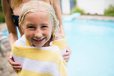 Caucasian mother drying daughter near swimming pool - p555m1421673 by JGI/Jamie Grill