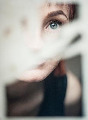 Woman looking at broken mirror - p971m2053040 by Reilika Landen
