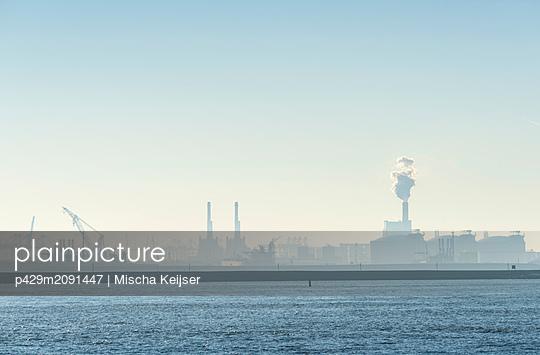 Smog over Rotterdam harbour, Maasvlakte, Hoek van Holland, Zuid-Holland, Netherlands - p429m2091447 by Mischa Keijser