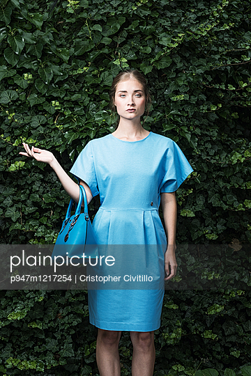 Frau in blauem Kleid - p947m1217254 von Cristopher Civitillo