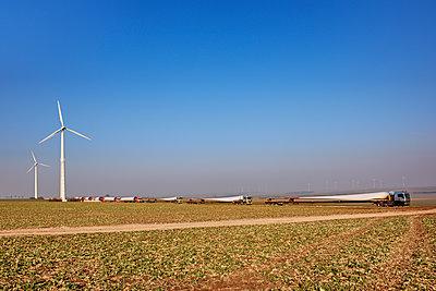 Aufbau eines Windrades - p1099m1526257 von Sabine Vielmo