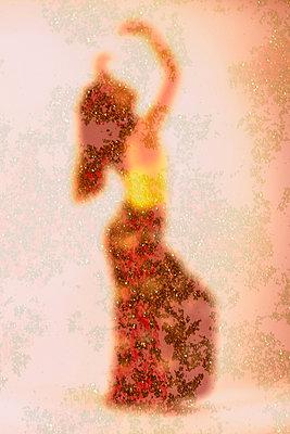 Dancing woman - p1594m2159041 by Françoise Chadelas